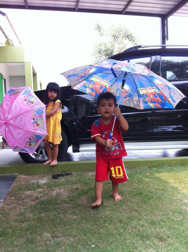 Hobi banget nungguin hujan biar bisa pakai payung