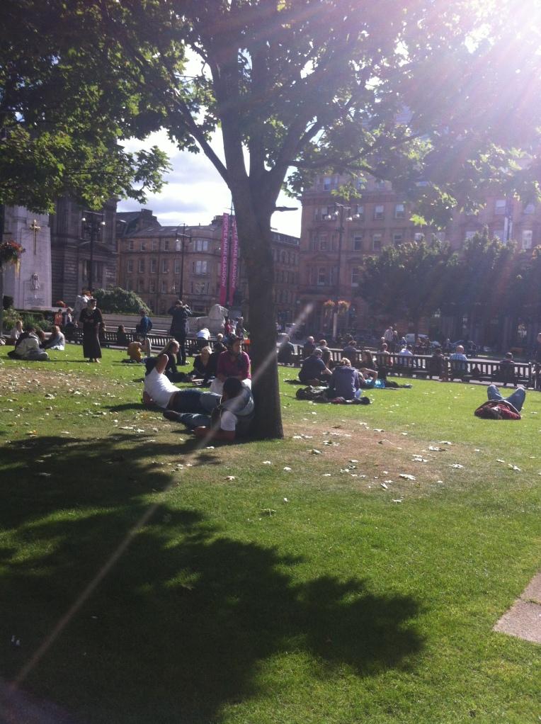 Kalau matahari hangat, banyak yang berjemur di taman ini :D